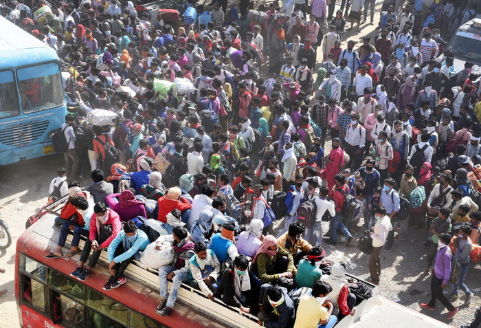 Migrant workers throng buses amid the nationwide lockdown to stem the spread of coronavirus at Lal Kuan Bus Stand n Ghaziabad, India, on March 29. Ajay Aggarwal/Hindustan Times via Getty Images